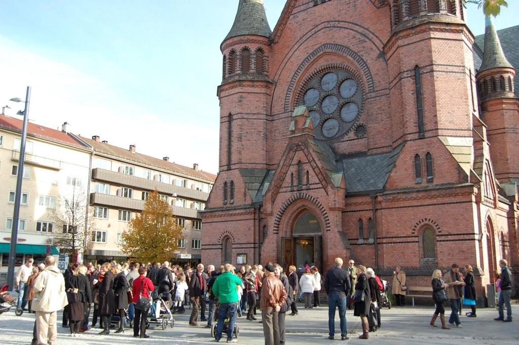 Det runde rosemønsteret på fronten av Sagene kirke kan nå kjøpes i votteform.