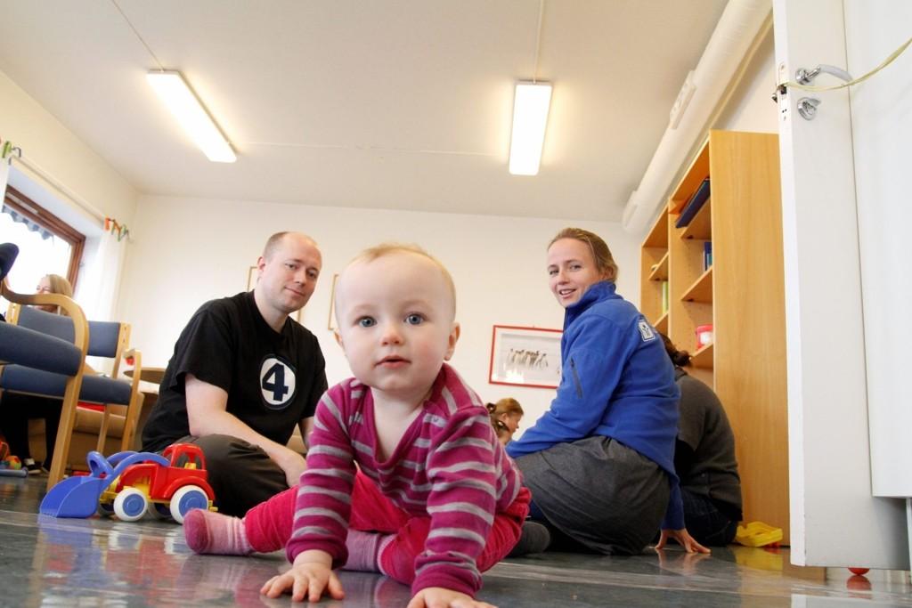 ÅPEN BARNEHAGE: Thomas Berg hadde med seg datteren Vilde (1) i åpen barnehage og fikk nyttig informasjon fra Ane Heiberg i NAAF.  ALLE FOTO: ØYSTEIN DAHL JOHANSEN