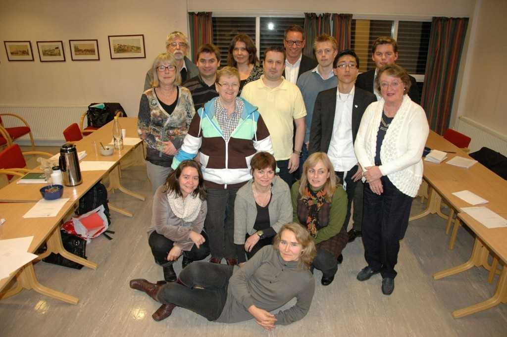 ØSTENSJØ BYDELSUTVALG: Består for perioden 2011-2015 av åtte kvinner og syv menn. Bak fra venstre: Ole K. Richenberg (H), nestleder Pål Einar Røch Johansen (Ap), Gry Larsen (Ap), Erland Bakke (H), Tommy Skjervold (Frp) og Herman Aleksander Dahl (H). Rad to bakfra: Karin Svendsen (Ap), Liv Thorstensen (Ap), Mads Jørgen Lindahl - vara for Nasir Ahmed (Ap), Benjamin Bornø (H) og Ann Elseth (Frp). Rad tre: Mona Ridder-Nielsen (Ap), Hanne Eldby (SV) og Britt Inglingstad (V). Foran ligger nyvalgt BU-leder Kristin Sandaker.