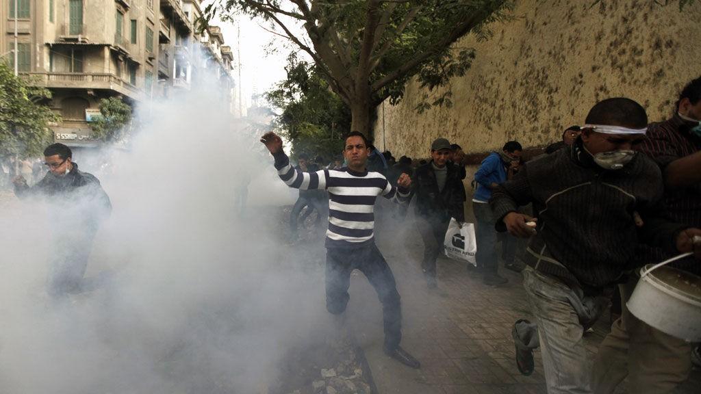 TÅREGASS: Politiet avfyrte både tåregass og gummikuler mot demonstrantene i nærheten av Tahrir-plassen.