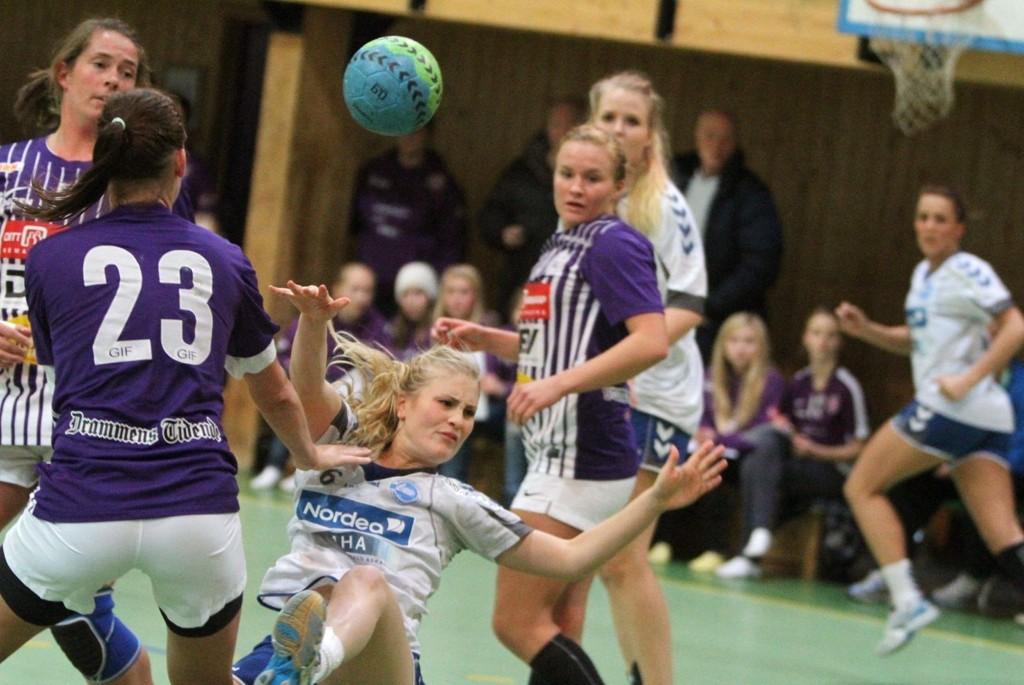 På ryggen: Lillann Eeg Kjærnsmo & Co, fikk et tøft møte med Charlotte Kristiansen (venstre) og Glassverket.