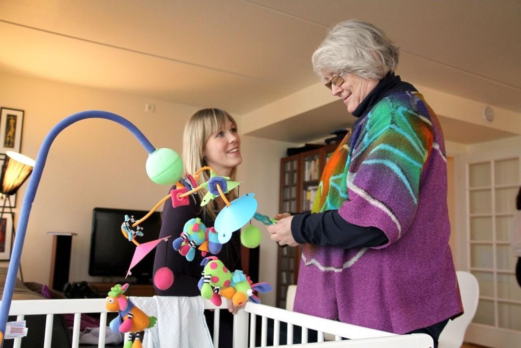STØTTE: May-Brit Bastiansen (65, t.h.) fra Ellingsrud er frivillig hos Home-Start og er hos familien på Hasle fire timer i uka for å avlaste mor Christine Hauge (31, t.v.) med tvillingene Jens og Liv (5 mnd.).