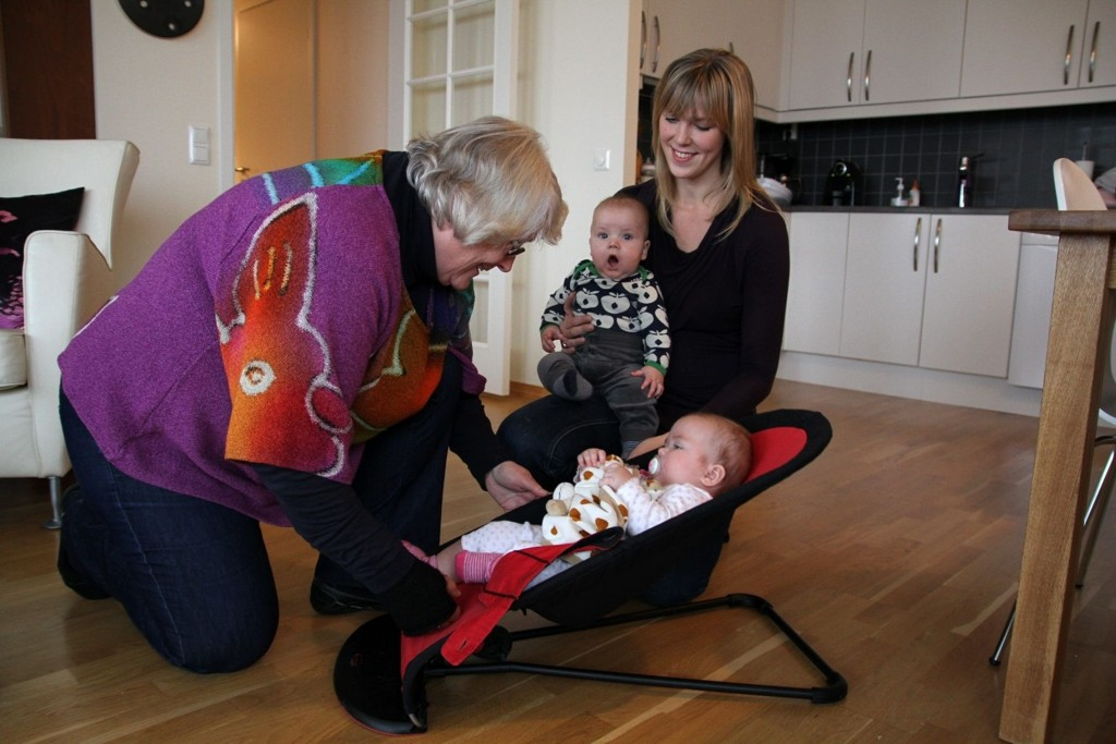 EKSTRABESTEMOR: May-Brit Bastiansen (65, t.v.) fra Ellingsrud koser seg som frivillig familiekontakt hos Christine Hauge (31, t.h.) og hennes tvillinger Jens og Liv (5 mnd). Storebror Olav (2 1/2) går i barnehage og pappa Arve Rosland jobber.