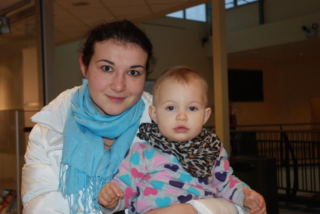 Adisa Fakic og niesen Emma Fakic (1) feirer ikke jul, men de kjøper gaver til kristne venner. TRYKK PÅ BILDET FOR Å BLA