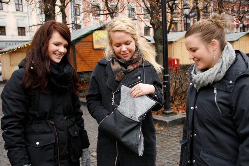 UNGE ENTREPRENØRER: Main Kristine Moland, Synnøve Taklo og Ane Kristin Larsen har utviklet en muffe som skal både beskytte kvinner, samtidig som den skal romme det vanlige kvinnevesker rommer.