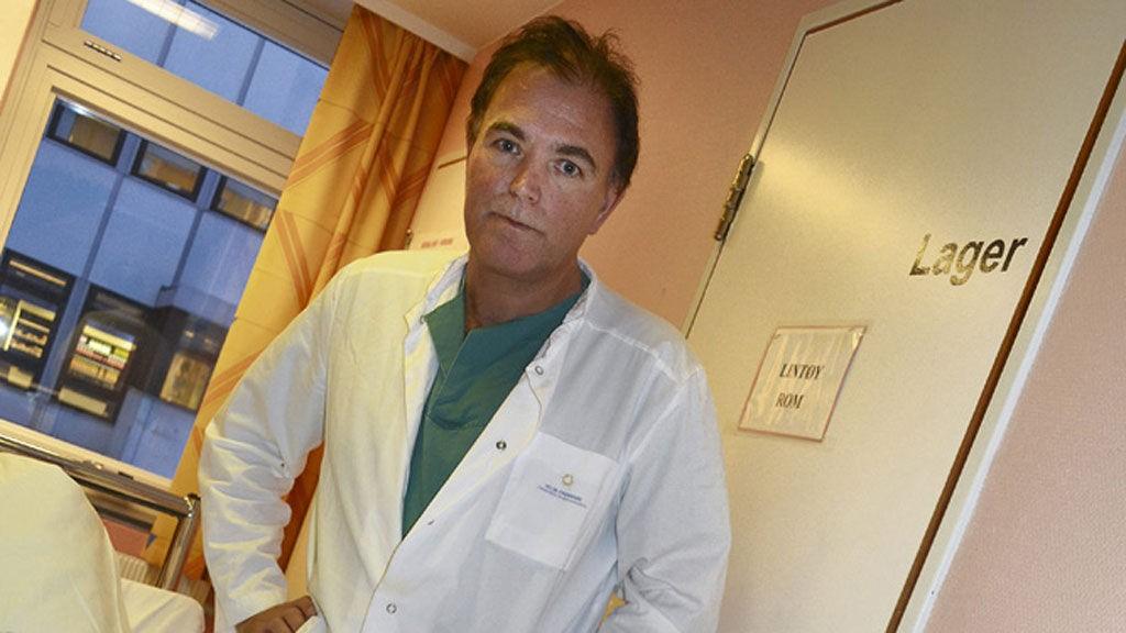 UVERDIG: Overlege Oddvar Kvalsvik ved Kirkenes sykehus mener det er uverdig å sende pasienter unødvendig mellom sykehusene i Nord-Norge, slik Ann-Tove Skagen (53) (i senga) har opplevd.