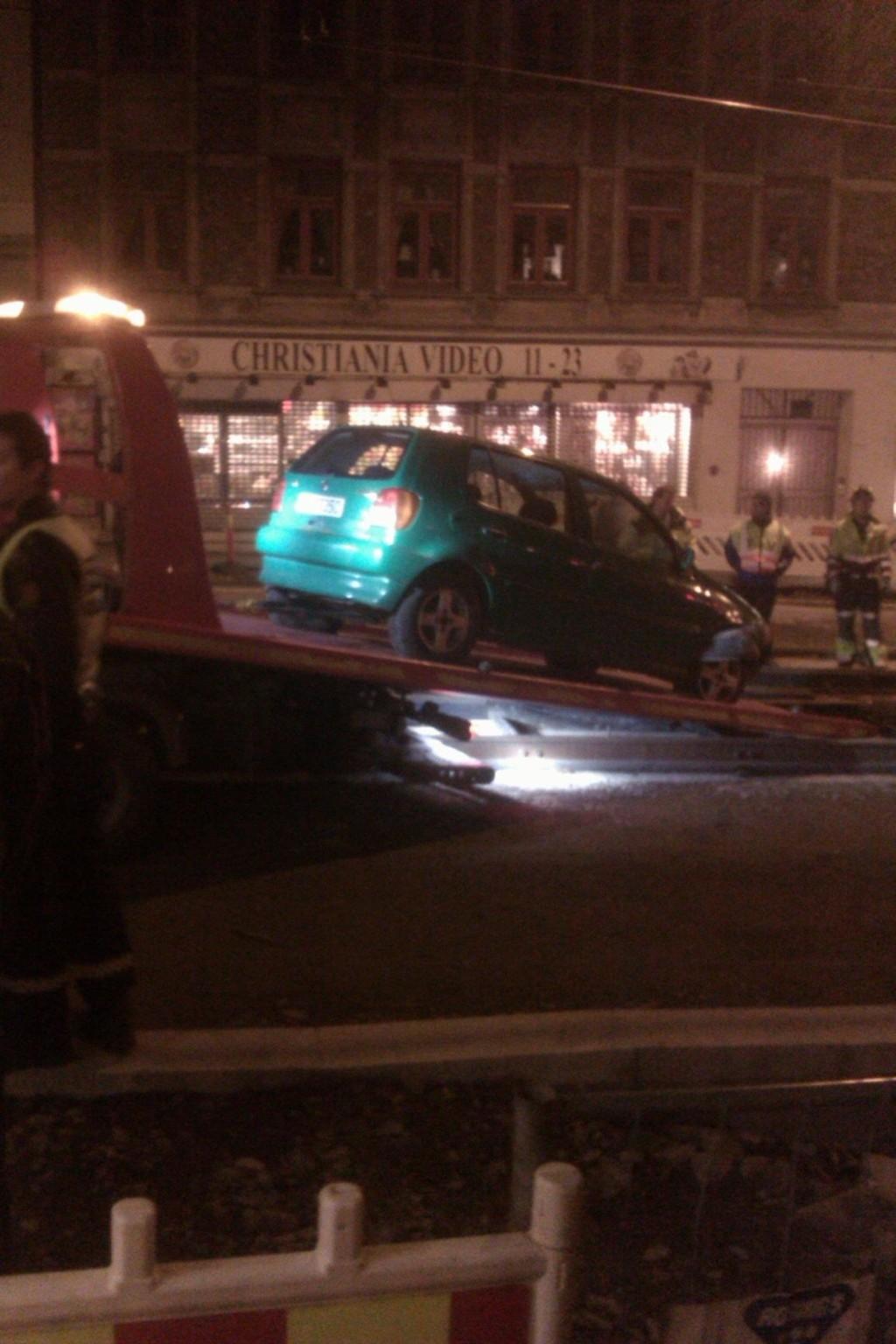 Bilisten trodde han kunne kjøre her i Vogts gate. Men det endte med at han ble sittende helt fast.
