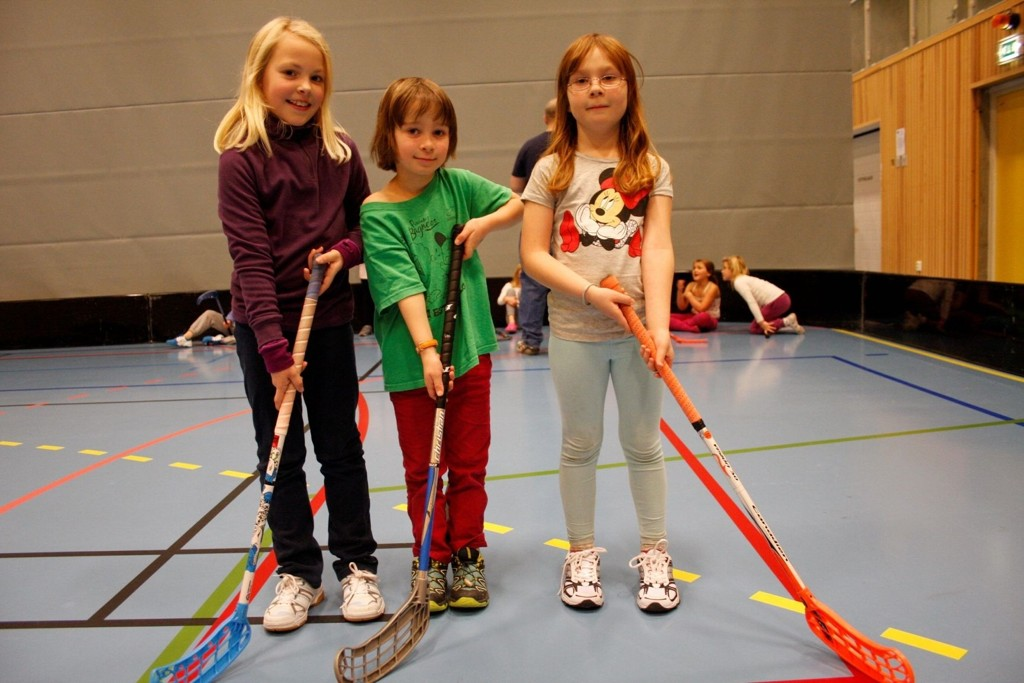 SPREKE JENTER: Runa Gåserød Garvik, Sara Cerato Thorsberg og Sofia Høgåsen koser seg med innebandy.