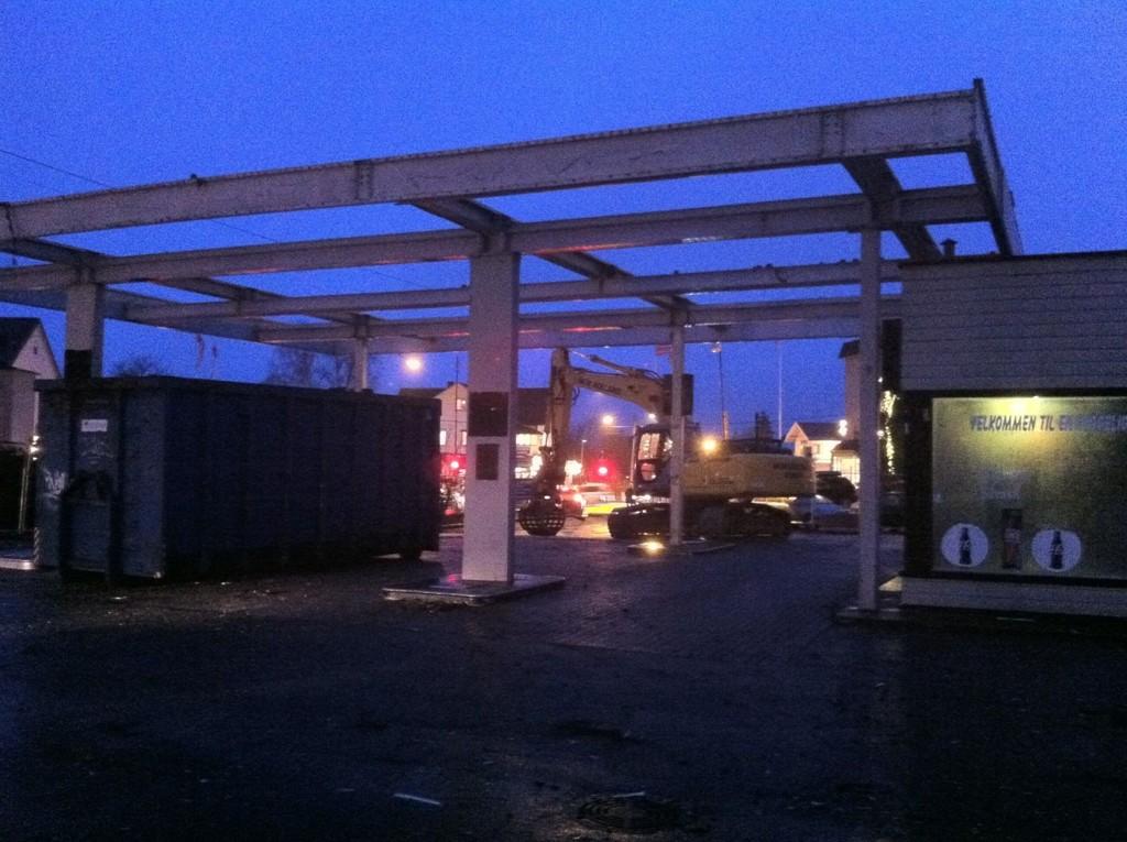 SPØKELSESAKTIG: Rivingen av den gamle Essostasjonen er i gang. I dag ble taket revet.