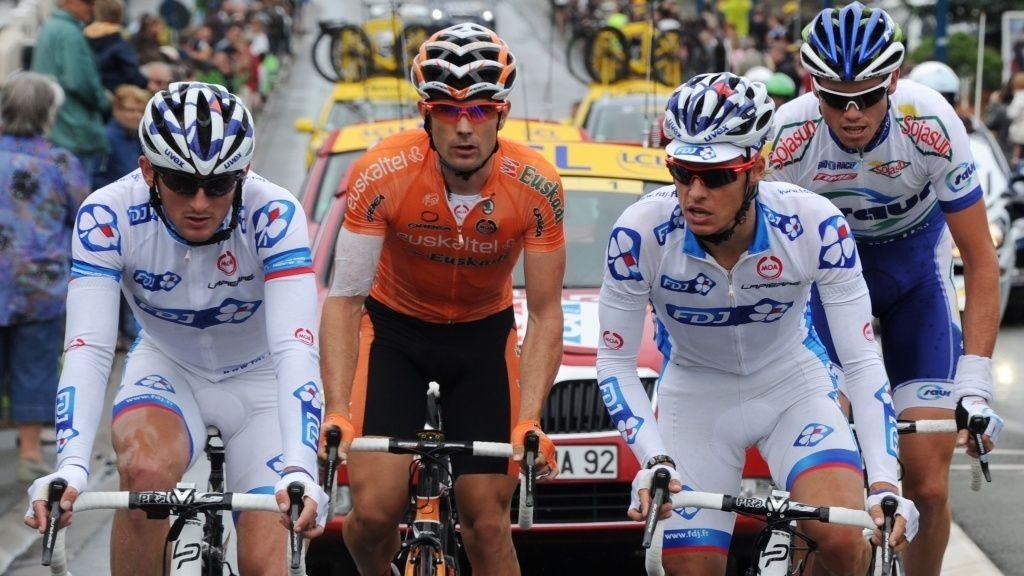 Bruddet 7. etappe Tour de France 2011. Gianni Meersman (FDJ), Pablo Urtasun (Euskaltel), Mickael Delage (FDJ) og Yannick Talabardon (Sour-Sojasun)