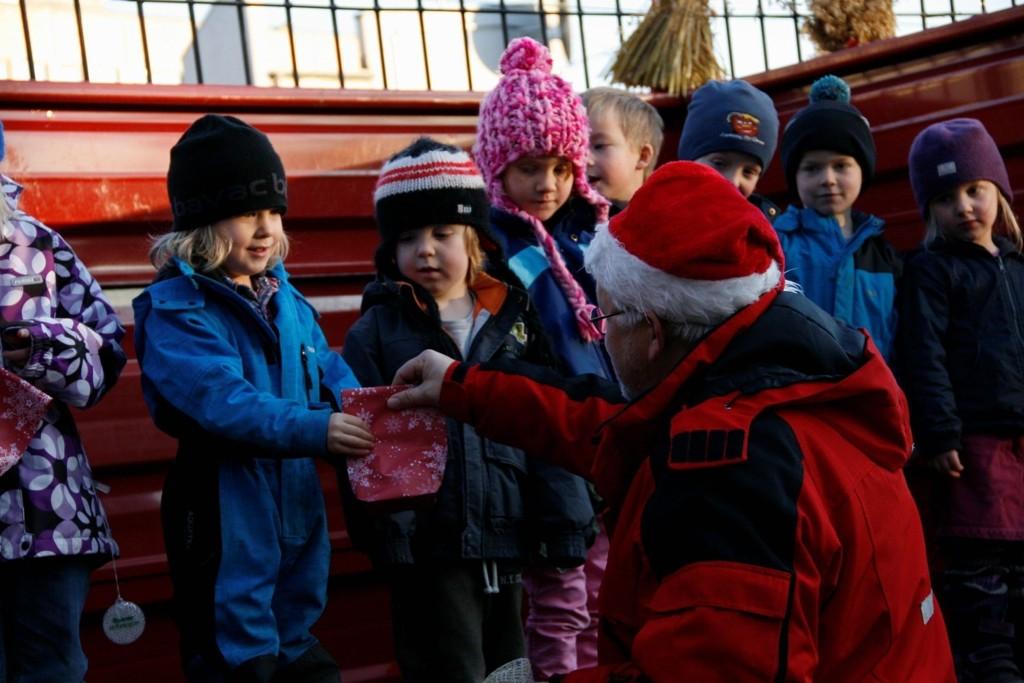 STJERNER: Da minigjenbruksstasjonen på Kampen ble åpnet, sang barna i Damvokteren Friluftsbarnehage av full hals. De ble dagens stjerner.