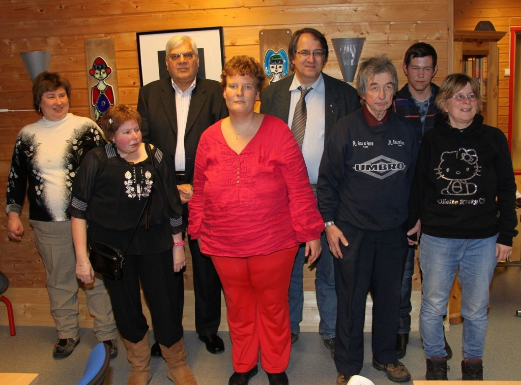 JULEBORD: Stolte brukere på Tirsdagsklubben sammen med bydelens øverste politiske ledelse. Fra venstre: Liv, Kristin, BU-leder Shahbaz Tariq, Caroline, BU-nestleder Teddy Kjendlie, Knut, Runar og Ann Charlotte.