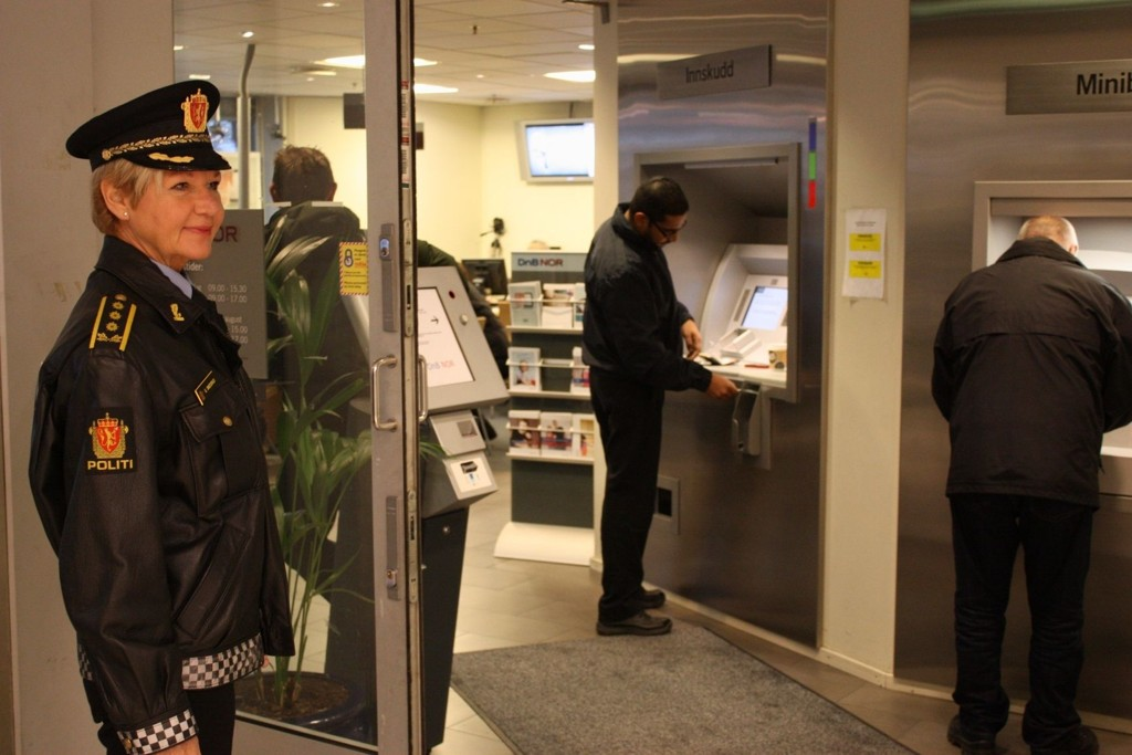MYE PENGER: Stasjonssjef Gro Smedsrud oppfordrer folk til å være litt ekstra forsiktig når de tar ut penger i bank eller på postkontor.