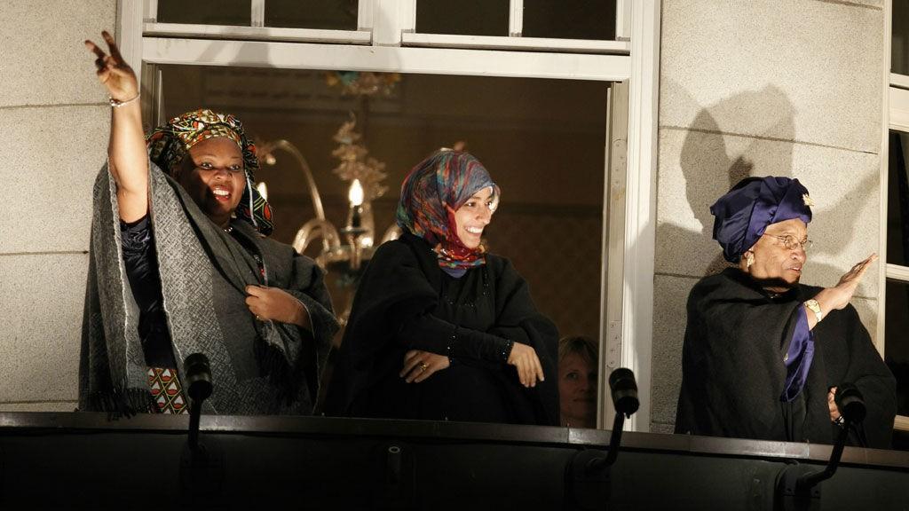 Fredsprisvinnerne mottar hyllesten fra publikum fra balkongen på Grand Hotell lørdag kveld. Fra v: fredsaktivisten Leymah Gbowee, menneskerettsaktivisten Tawakul Karman fra Jemen og Liberias president Ellen Johnson-Sirleaf.