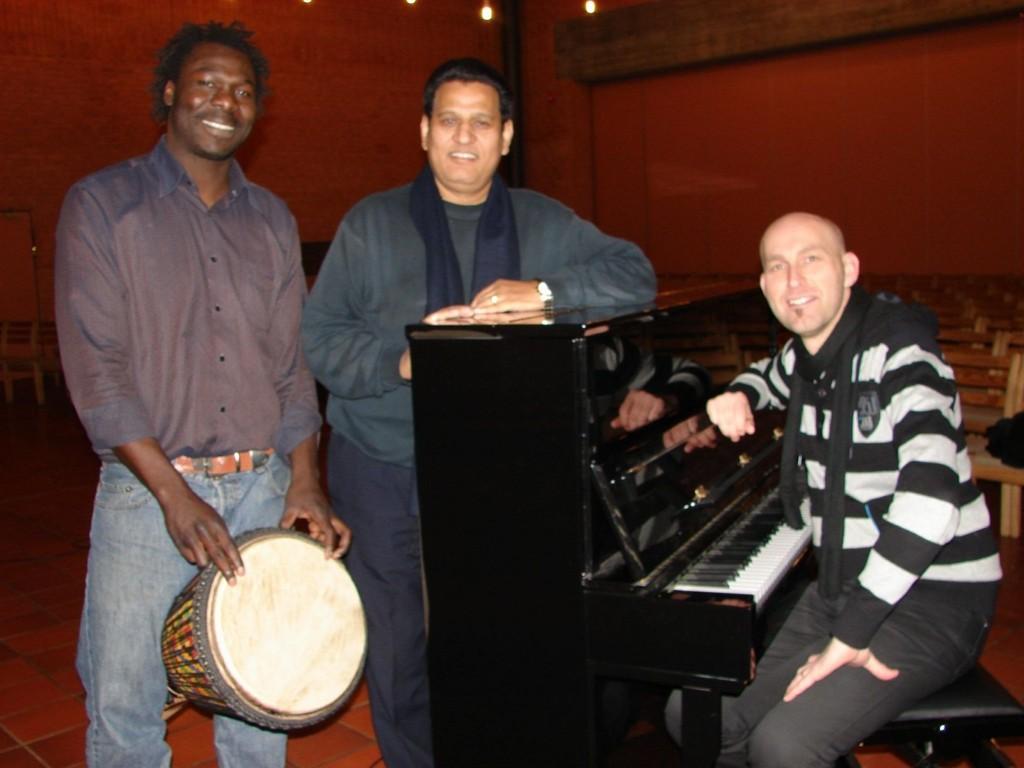 GRENSELØST: Musikere fra tre verdensdeler: Daniel Waka fra Kamerun, Asif Masih fra Pakistan og Hans Olav Baden fra Norge.