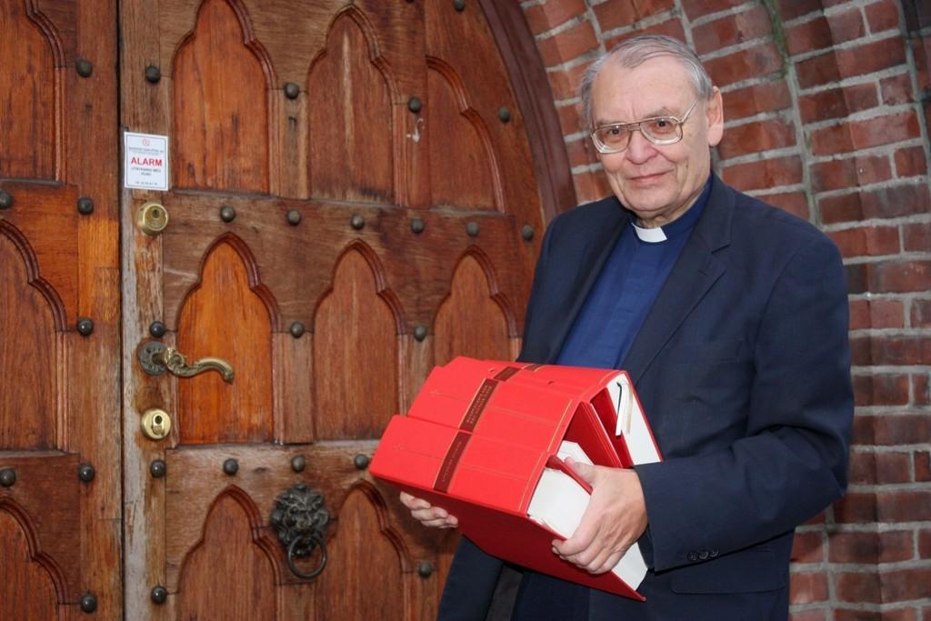 MYE NYTT: – Det er mye nytt i de store bøkene som nå skal være rettesnor for de kirkelige handlinger, sier prost Tore Kopperud.