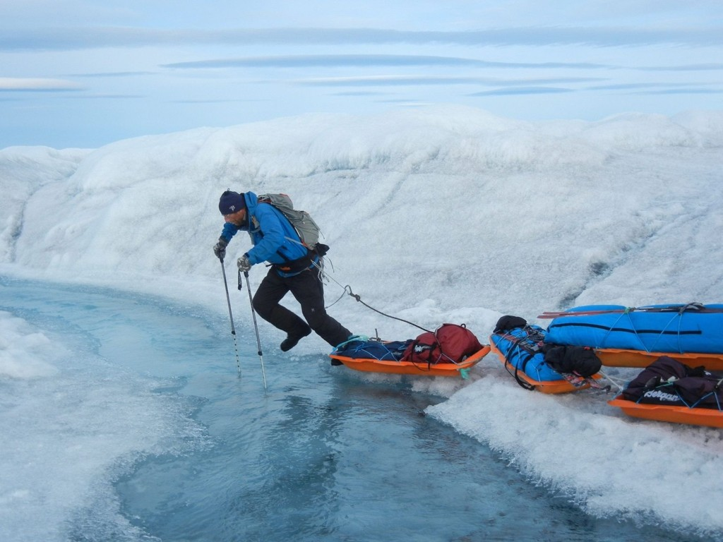 GRØNLANDSISEN: Øyvind Berntsen fra Mortensrud i sprang over smeltevann på grønlandsisen. Mortensrudmannen krysset Grønland på 24 dager i august/september i år.