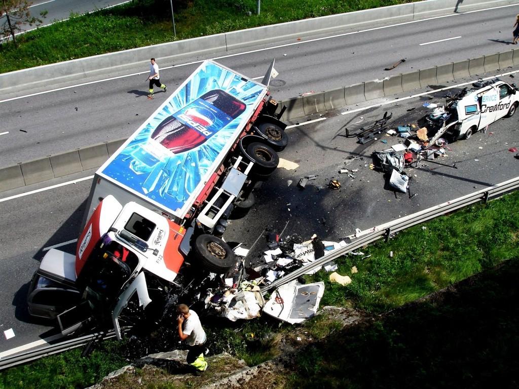 DØDSULYKKE: Lastebilen kom over i motsatt kjørefelt. Mannen i bilen som ble truffet omkom, nå er sjåføren tiltalt for uaktsomt bildrap.