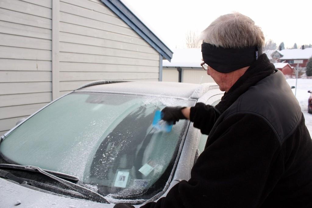 NØDVENDIG: Kombinasjonen av kuldegrader og fuktig luft resulterer i isete bilruter. Da må det skrapes!