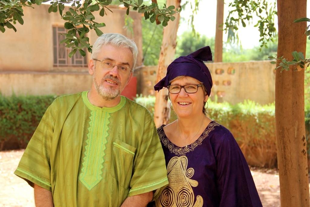 VÅRT AFRIKA: Else og Helge i sine afrikanske klær etter en søndagsgudstjeneste på misjonens senter i Sévaré. Hun var tidligere daglig leder i Manglerud menighet.