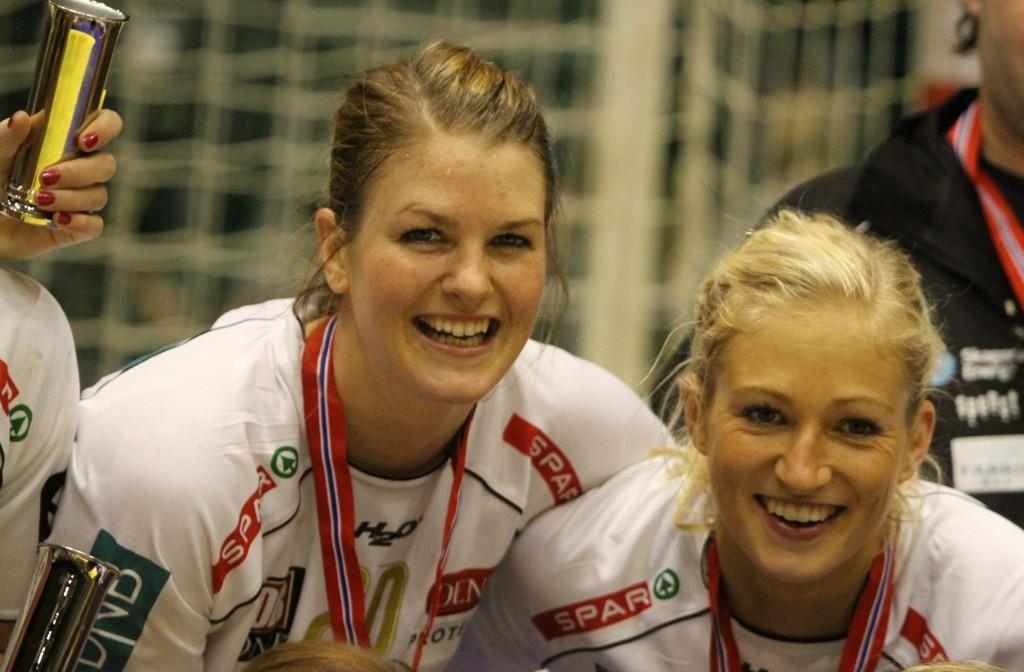 Gulljenter: Pernille Wibe (venstre) og nybakt verdensmester Linn Jørum Sulland jubler etter at cupgullet er i boks.