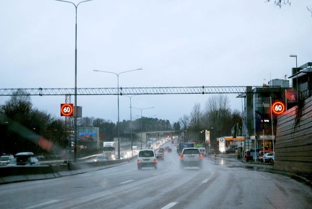 Mange vet at det er lov å bryte miljøfartsgrensen på E18, mens andre er het uvitende om dette. Det skaper usikkerhet i trafikken mener politiet.