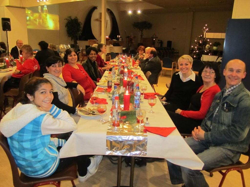 Hyggelig kveld: Unge og eldre med norsk eller fremmedkulturell bakgrunn fikk en hyggelig julaften på Mortensrud.