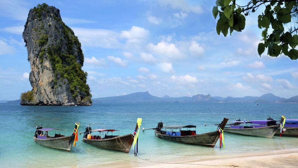 Høye kalksteinsklipper og knallblått hav utenfor Krabi.