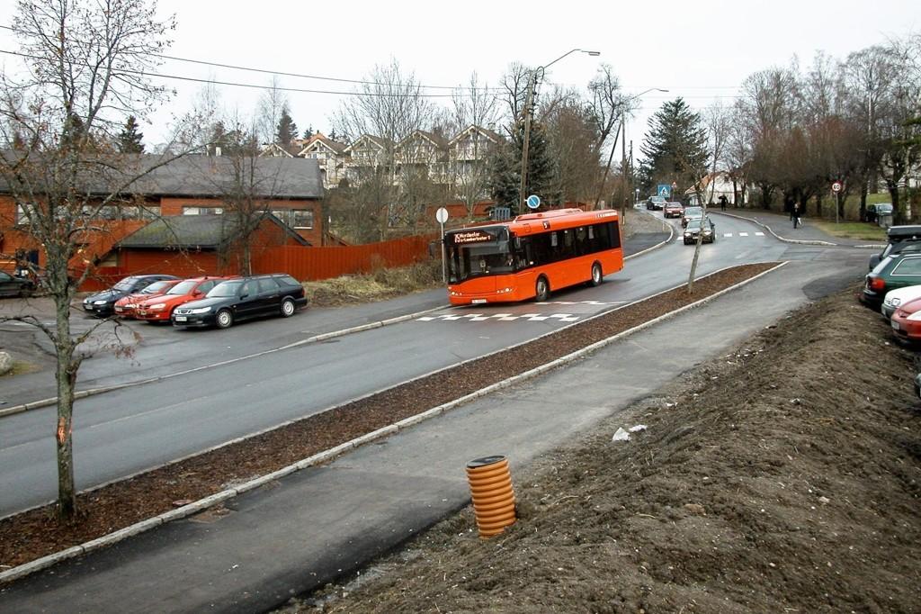 FORTSATTT I RUTE: Her er buss 75 på vei ned Lambertseterveien over Nordseterfeltet. Inntil videre skal bydelsbussen frakte passasjerer til og fra Lambertseter via Kastellet, Sæter og Munkerud, slik den har gjort siden 2006.