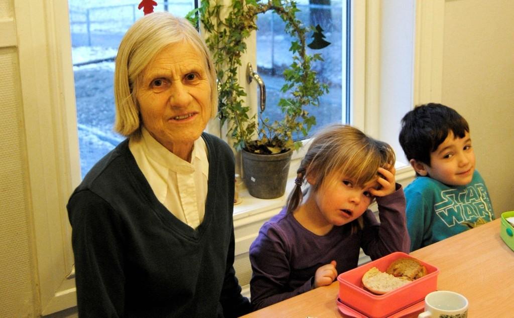 LUNSJ: Jubilanten Ruth Skogstad passer på at alle spiser maten sin.