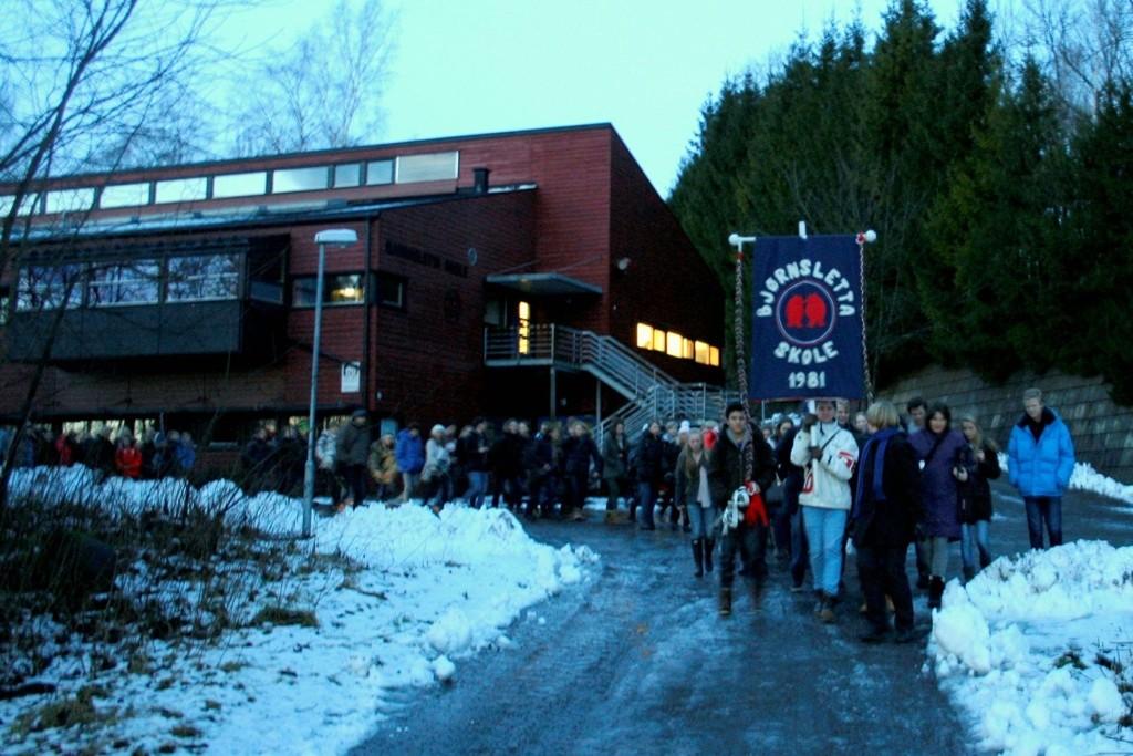 Aldri tilbake: Elevene gikk i samlet tropp fra Bjørnsletta til Øraker. Alle elevene skal være ferdig med grunnskolen når nye åraker skole åpner i 2014.