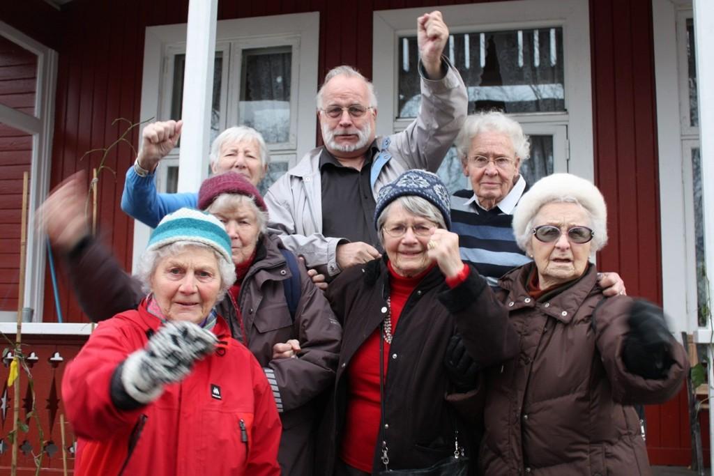 HØR PÅ OSS: Liv, Reidar, Eva, Åshild, Karin, Frøydis og Erna i Nordseter pensjonistforening ber Ruter opprettholde bussrute 75, Lambertseter Ring.