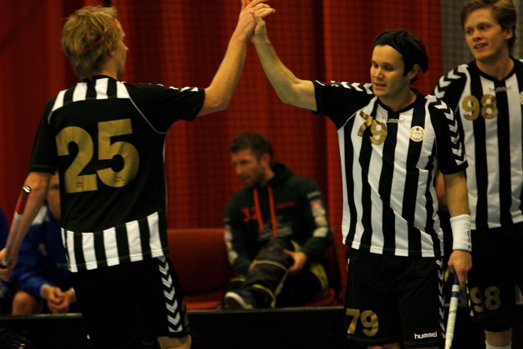 GOD: Henning Larsen (t.h) scoret to mål og gratulerer en meget god Martin Erhamre med sitt mål. I bakgrunnen står to-målscorer Nicklas Harald.