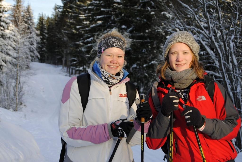 Kjersti Bækkedal (24) t.v. og Helene Mathisen (23) t.h. koser seg i skoleferien med å gå på ski.