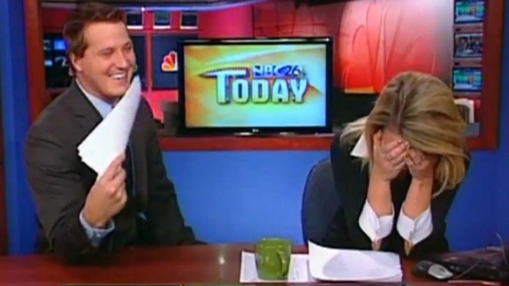 Meterolog Brian Niznansky fra NBC 26 Today blir lurt til å si «I love lamp» under en direktesending onsdags 4. januar 2012.