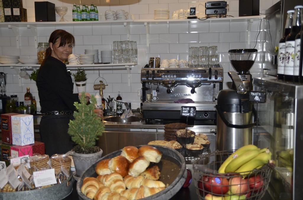 MAT OG DRIKKE: Hanne Solberg er en av to daglige ledere på nystartede Cofi. Her tilbyr de alt fra boller til kaffe og fruktsmoothies. fsgfsgdfgsdfg