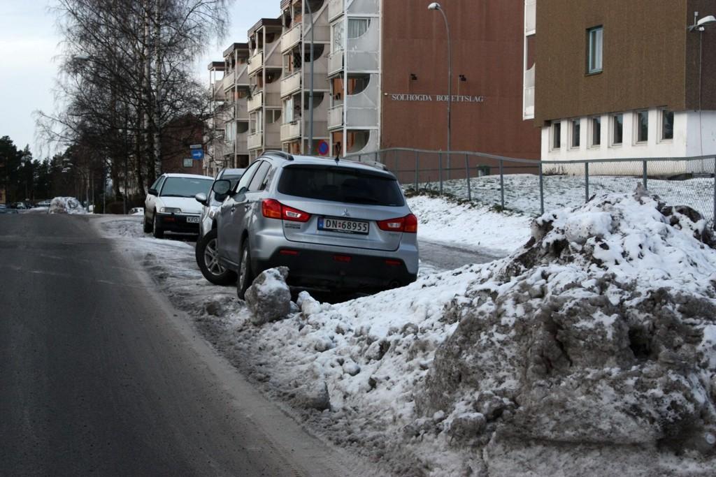 SNØRYDDING: Det er ikke lett å få ryddet vei på vinteren når biler står parkert. Nå skal det innføres en prøveordning med parkeringsforbud enkelte dager i fire veier på Oppsal - blant annet Solbergliveien.