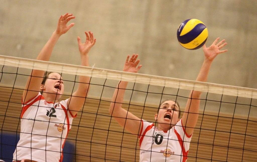Blokka holdt: Mari Bergum Berget (venstre) og Mona Fossen stopper BSIs forsøk denne gangen.