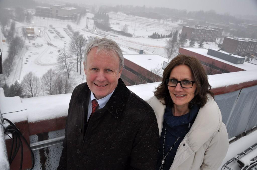 Administrerende direktør i Siemens Norge, Per Otto Dyb, og prosjektleder i Siemens Eiendom Kristin Johansson ser frem til å flytte inn i nytt hovedkvarter et steinkast unna dagens kontorer. Bygget vil ligge på parkeringsplassen i bakgrunnen.