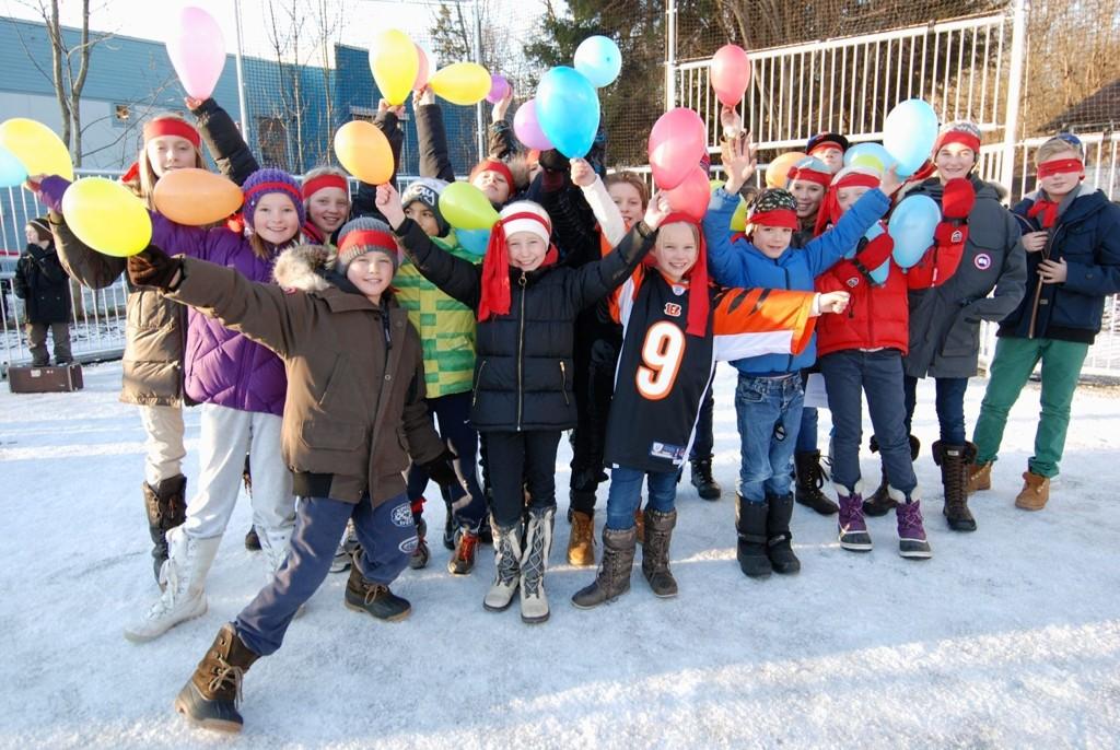 Full glede i elevrådet: Elevrådet ved Smestad skole var tydelig glade for å ha ballbingen på plass.