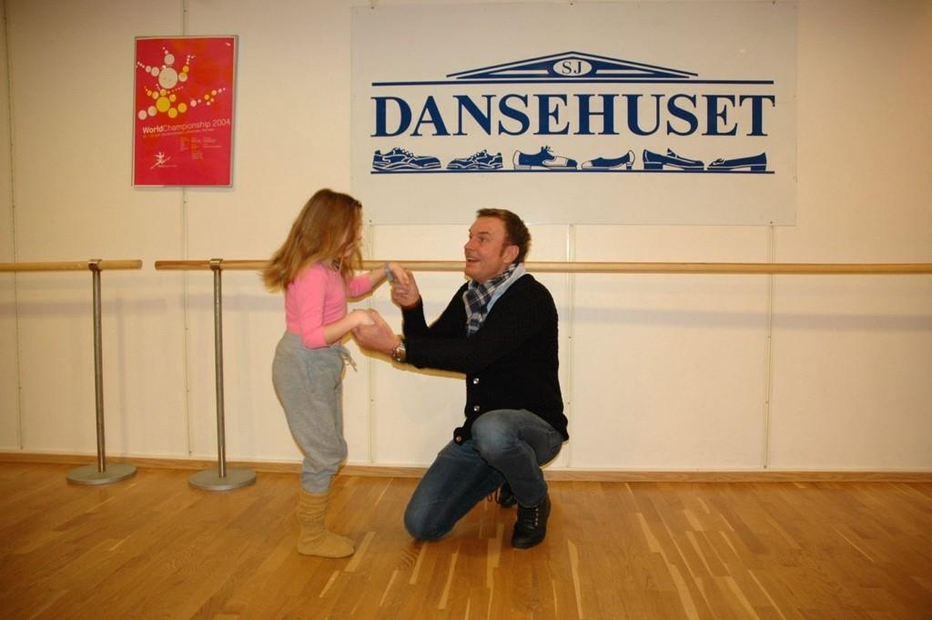 DANSEGLEDE: Jørn Storbråten på Dansehuset gleder seg over å endelig kunne tilby tilrettelagte kurs for folk med funksjonsnedsettelser. Karen (9) gleder seg til å begynne på dansekurset for barn, men det er også kurs for ungdom og voksne.