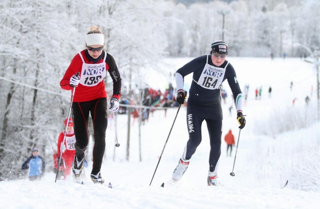 TØFF DUELL: Anine Ahlsand (15) gjorde sine saker meget bra i Sørkedalen søndag. Her passerer Kjelsås-løperen Lars Haug fra Heming.