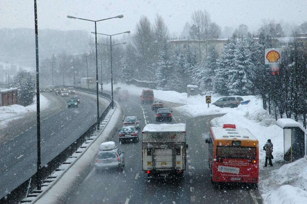 SNØRUSH: Snøen lavet ned på mandag, og det midt i rushtiden. Kort fortalt sto trafikken omtrent stille i sentrum. Brøytemannskapene hadde nok å gjøre.