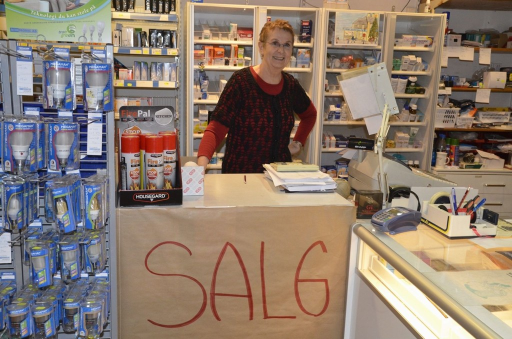OPPHØRSSALG: Holmsens magasin selger ut varene billig. Her står Runi Erlandsen (69) i kassen.