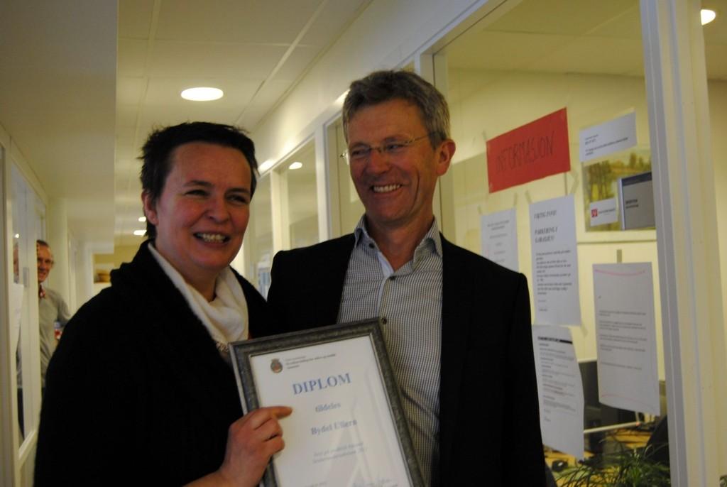 Leder av bydelsutvalget i Ullern, Carl Oscar Pedersen, takker hjemmetjenesten for en super innsats.