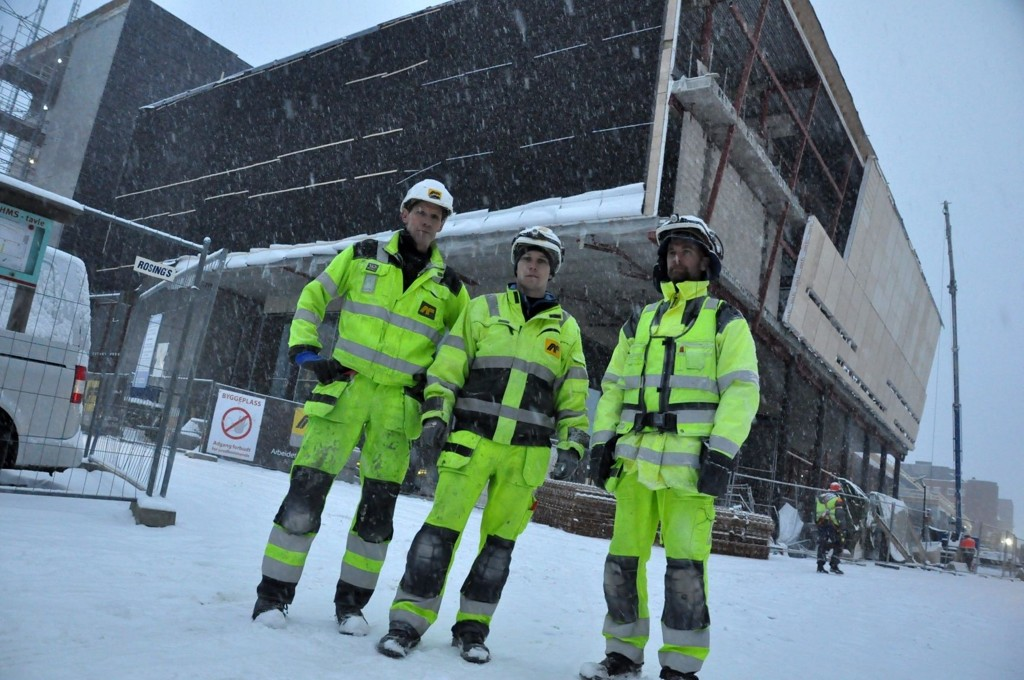 Tømrere i AF Gruppen Norge AS, Michael James, Pål Richard Larsen og Lars Erichsen, følger klubben og går onsdag 18. januar til streik mot Regjeringens foreslåtte innføring av EUs vikarbyrådirektiv. – Dette vil undergrave læretiden vi har gått i firmaet, mener de.