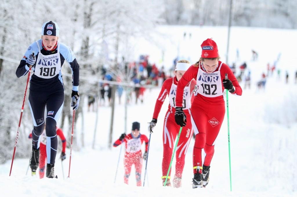 TØFF DUELL: Oline Horten (15) fra Høybråten og Stovner IL gikk et godt løp i Sørkedalen søndag. Her kjemper talentet side om side med Lotta Udnes Weng fra Nes Ski.