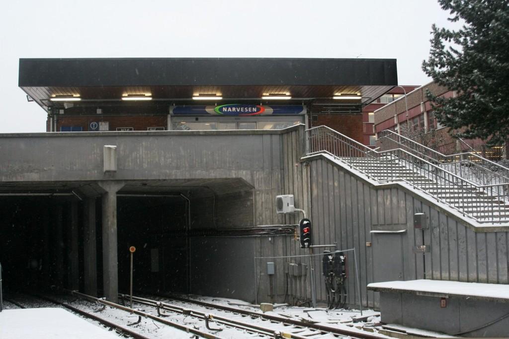 ENNÅ IKKE REVET: Narvesenhuset hviler fortsatt rolig over Ensjø t-banestasjon. Utbyggingen er forventet å starte i mai 2012 – over et halvt år forsinket.