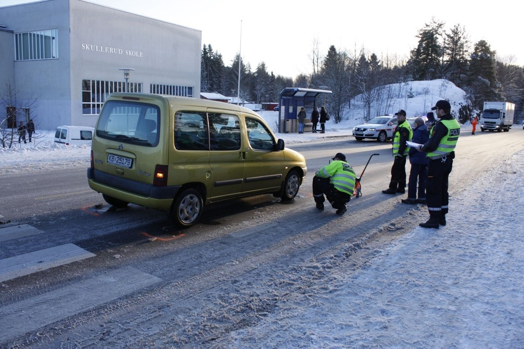 To skolejenter ble påkjørt av denne bilen ved fotgjengerovergangen ved Skullerud skole i ettermiddag.