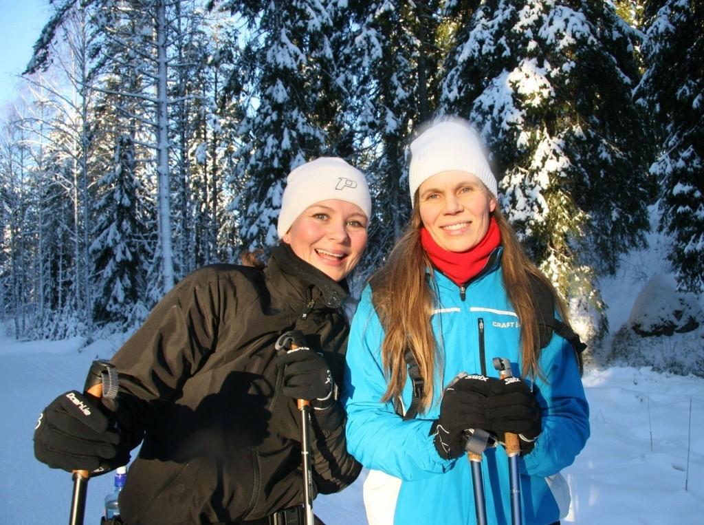 HVERDAGSLUKSUS: Kristin Karlsen (til venstre) og Mette Persson har første skituren sammen i marka. – Det vi kaller hverdagsluksus! ifølge de blide jentene.